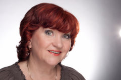 Portrait einer lächelnden älteren Frau. Stockfoto