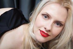 Portrait einer lächelnden Blondine mit den roten Lippen stockbild