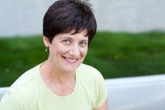 Portrait einer lächelnden fälligen Frau Stockbild