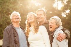 Portrait einer lächelnden Familie lizenzfreies stockbild