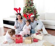 Portrait einer lächelnden Familie zur Weihnachtszeit stockbilder