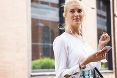 Portrait einer lächelnden Geschäftsfrau Lizenzfreie Stockbilder