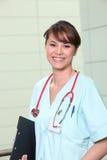 Portrait einer lächelnden Jungekrankenschwester Lizenzfreie Stockfotos