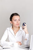 Portrait einer lächelnden jungen Geschäftsfrau Stockfoto