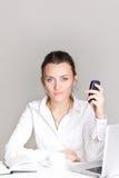 Portrait einer lächelnden jungen Geschäftsfrau Stockfotografie