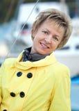 Portrait einer lächelnden schönen fälligen Frau Lizenzfreie Stockbilder