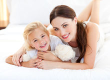 Portrait einer lächelnden Mutter und ihres kleinen Mädchens Lizenzfreies Stockbild