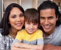 Portrait einer liebevollen Familie Lizenzfreie Stockfotos