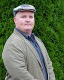 Portrait einer männlichen Außenseite in der Jacke und im Tweedhut Lizenzfreie Stockfotografie