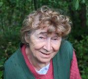 Portrait einer netten gealterten Frau Stockbild