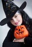 Portrait einer netten Hexe mit Hut Lizenzfreie Stockbilder