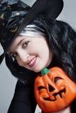 Portrait einer netten Hexe mit Hut Stockfotos