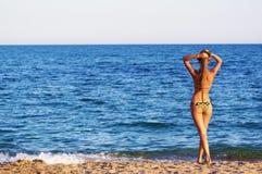 Portrait einer reizvollen jungen Frau, die Bad im Meer hat Stockbild