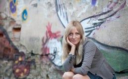 Portrait einer schönen blonden Frau lizenzfreie stockfotografie