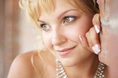 Portrait einer schönen Braut gegen Backsteinmauer Stockfoto
