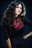 Portrait einer schönen Dame mit geblühtem Schal Stockbild