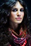Portrait einer schönen Dame mit geblühtem Schal Lizenzfreies Stockfoto