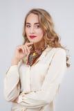 Portrait einer schönen Frau auf weißem Hintergrund Lizenzfreie Stockfotos