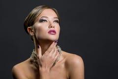 Portrait einer schönen Frau Dem Bild wurde ein Studio auf einem dunklen Hintergrund eingelassen Lizenzfreies Stockfoto