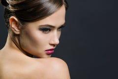 Portrait einer schönen Frau Dem Bild wurde ein Studio auf einem dunklen Hintergrund eingelassen Lizenzfreie Stockfotos
