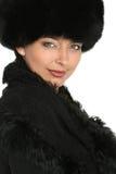 Portrait einer schönen Frau in der Pelzschutzkappe lizenzfreie stockfotos