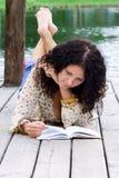Portrait einer schönen Frau, die ein Buch liest stockbild