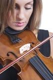 Portrait einer schönen Frau, die Violine spielt. Lizenzfreies Stockfoto