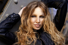 Portrait einer schönen Frau draußen lizenzfreie stockbilder