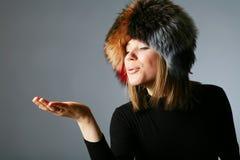 Portrait einer schönen Frau in einem Pelzhut Lizenzfreie Stockfotografie