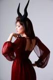 Portrait einer schönen Frau im roten Kleid Lizenzfreies Stockbild