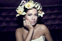 Portrait einer schönen Frau mit Blumen Lizenzfreie Stockbilder