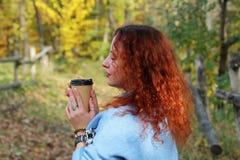Portrait einer schönen Frau mit dem roten Haar lizenzfreie stockfotografie