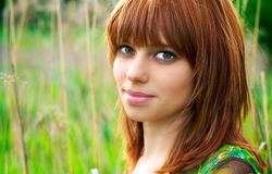 Portrait einer schönen Frau mit dem roten Haar Stockbilder