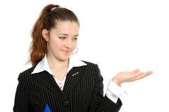 Portrait einer schönen Geschäftsfrau, die heraus anhält Stockbild