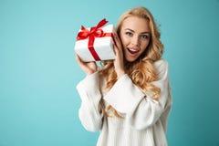 Portrait einer schönen jungen blonden Frau lizenzfreie stockfotos