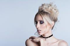 Portrait einer schönen jungen blonden Frau Stockbilder