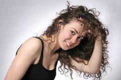Portrait einer schönen jungen Brunettefrau stockbild