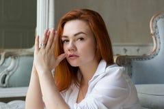 Portrait einer schönen jungen Frau Stockfotografie
