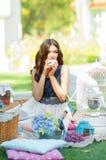 Portrait einer schönen jungen Frau auf Natur. Lizenzfreie Stockfotografie
