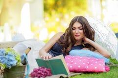 Portrait einer schönen jungen Frau auf Natur. Stockfoto