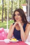 Portrait einer schönen jungen Frau auf Natur. Stockfotografie