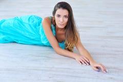 Portrait einer schönen jungen Frau, die sich hinlegt Lizenzfreies Stockfoto