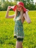 Portrait einer schönen jungen Frau draußen Stockfotos