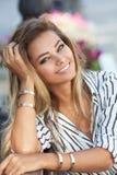 Portrait einer schönen jungen Frau draußen Lizenzfreies Stockfoto