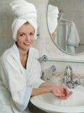 Portrait einer schönen jungen Frau in einem Badezimmer lizenzfreie stockfotografie