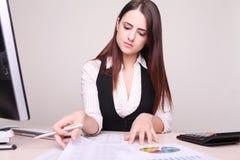 Portrait einer schönen jungen Geschäftsfrau Lizenzfreies Stockfoto