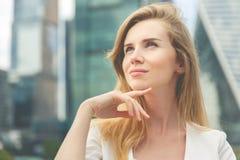 Portrait einer schönen jungen Geschäftsfrau Stockbild