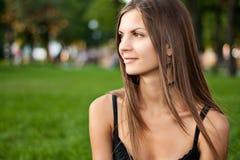 Portrait einer schönen jungen lächelnden Frau Stockbild