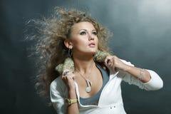 Portrait einer schönen jungen Luxuxfrau Stockfotografie