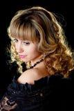 Portrait einer schönen jungen reizvollen Frau auf Schwarzem Stockfotografie